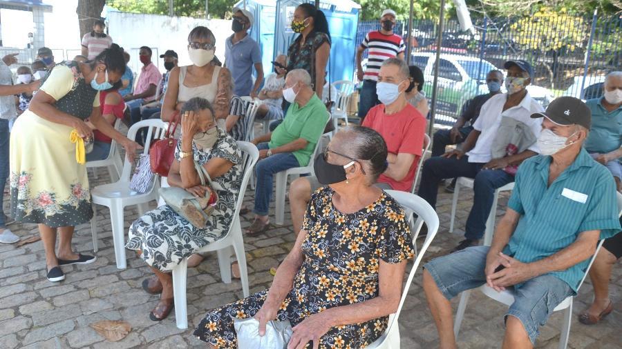 Idosos aguardam a vacinação em Salvador; país tem dificuldade para avançar na vacinação do grupo prioritário - 12.abr.2021 - Romildo de Jesus/Estadão Conteúdo