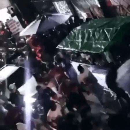Pessoas que compareceram a festa foram gravadas correndo pelas ruas após abordagem da po?ícia - Reprodução/Redes Sociais
