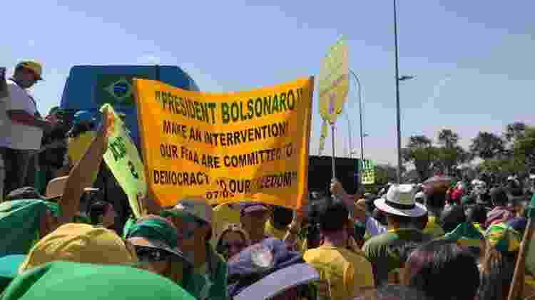 Apoiadores do presidente Jair Bolsonaro carregam faixas com pautas do movimento - Lucas Valença/UOL - Lucas Valença/UOL