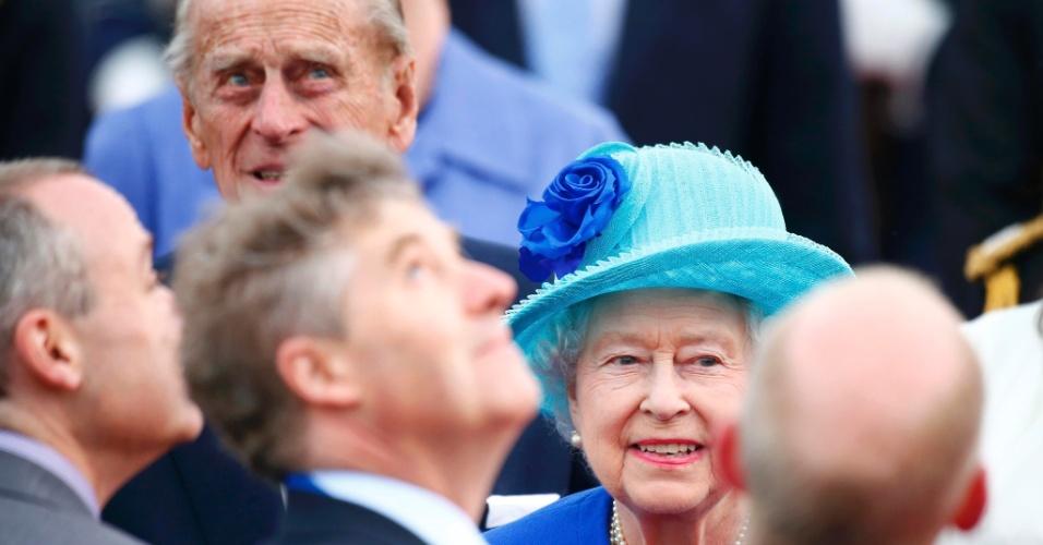 23.jun.2015 - A rainha Elizabeth 2ª e o príncipe Philip são recepcionados durante chegada ao aeroporto de Tegal, em Berlim, na Alemanha, nesta terça-feira (23). A rainha e o duque de Edimburgo estão em uma visita oficial de três dias na Alemanha