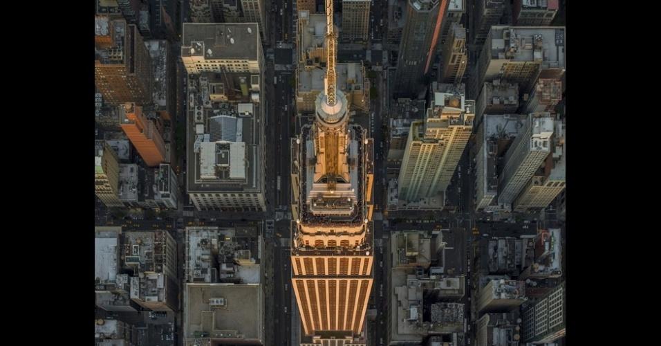 O fotógrafo americano Jeffrey Milstein é conhecido por suas imagens aéreas de cidades e bairros residenciais, a partir de um helicóptero. Em seu mais recente projeto, Milstein sobrevoou Nova York, passando bem perto de um dos edifícios mais famosos da cidade, o Empire State Building, como na imagem acima