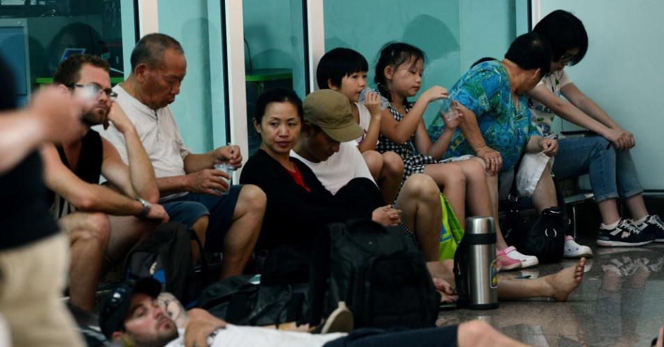 22.jul.2015 - Passageiros aguardam informações sobre o cancelamento de voos no aeroporto de Bali, na Indonésia. As autoridades do país informaram que todos os voos com origem e destino no aeroporto foram cancelados devido à atividade vulcânica registrada na região. Esse é o terceiro fechamento do terminal desde o início de julho
