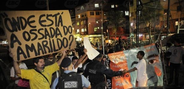 Policiais militares tentam conter protesto na favela da Rocinha em 2015, lembrando os dois anos do desaparecimento de Amarildo - Fernando Frazão/Agência Brasil
