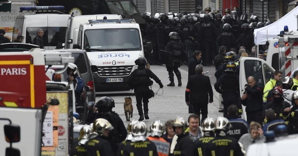 18.nov.2015 - Bombeiros e policiais realizam operação contra suspeitos de terrorismo em Saint-Denis, no subúrbio de Paris. Dois suspeitos morreram e sete pessoas foram detidas na ação da polícia