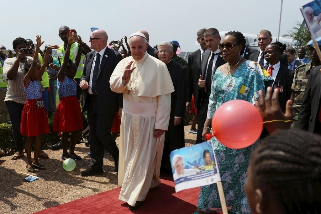 29.nov.2015 - O papa Francisco aterrissou no aeroporto de M'Poko em Bangui, a capital da República Centro-Africana, última etapa de sua viagem pela África e a mais perigosa devido ao conflito armado.