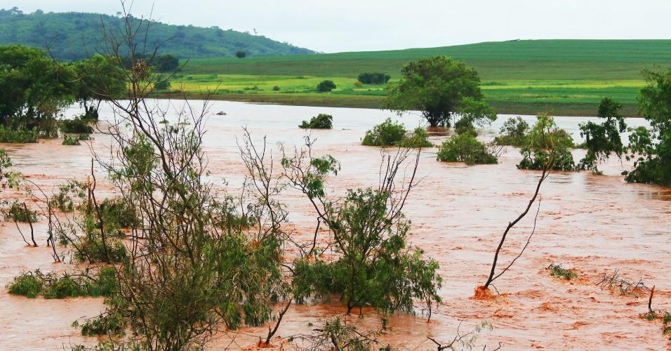 12.jan.2016 - As fortes chuvas que caem no noroeste do Paraná desde dezembro causaram o rompimento da ponte do rio Pirapó, em Iguaraçu , cidade vizinha à Maringá (PR)