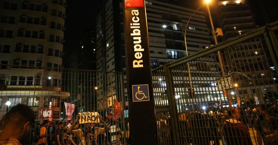 21.jan.2016 - Manifestantes em frente ao metrô República fechado, no final do protesto de integrantes do Movimento Passe Livre (MPL) contra o aumento do valor da tarifa do transporte público em São Paulo