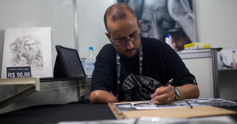 """22.jan.2016 - Charles Laveso, 38, faz ilustrações realistas e as vende para pessoas interessadas em ter uma tatuagem com essa técnica e a tatuadores. Segundo ele, as pessoas estão cada vez mais interessadas em tatuagens mais delicadas. """"As tatuagens realistas utilizam uma técnica diferente de outros estilos que dependem de preenchimento e contorno. O realismo cria luz e sombra na pele"""", explica. Na imagem, ele desenha uma imagem do ativista negro Martin Luther King"""