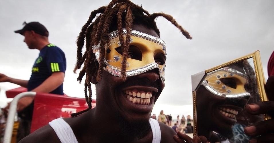 9.fev.2016 - Um homem festeja o carnaval na praia de Copacabana, no Rio de Janeiro