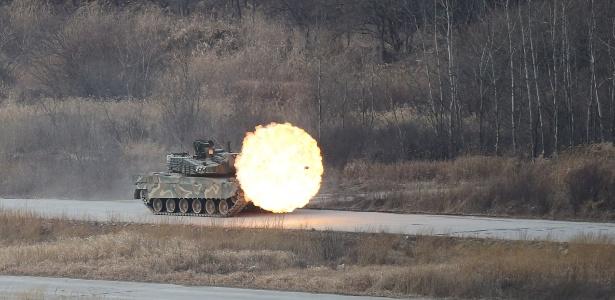 18.fev.2016 - Um tanque K-2 do Exército da Coreia do Sul dispara durante treinamento em Yangpyeong, Coreia do Sul - Lim Hun-jeong/Yonhap/Reuters