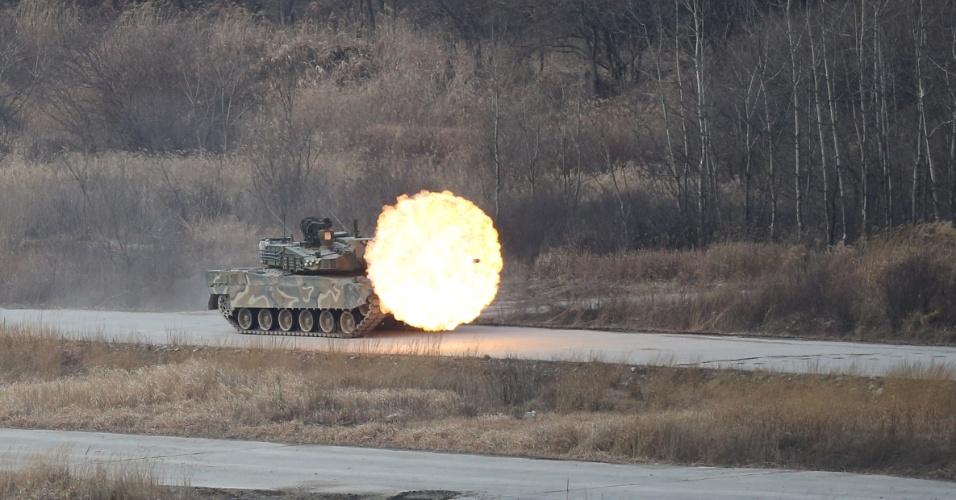 18.fev.2016 - Um tanque K-2 do Exército da Coreia do Sul dispara durante treinamento em Yangpyeong, Coreia do Sul
