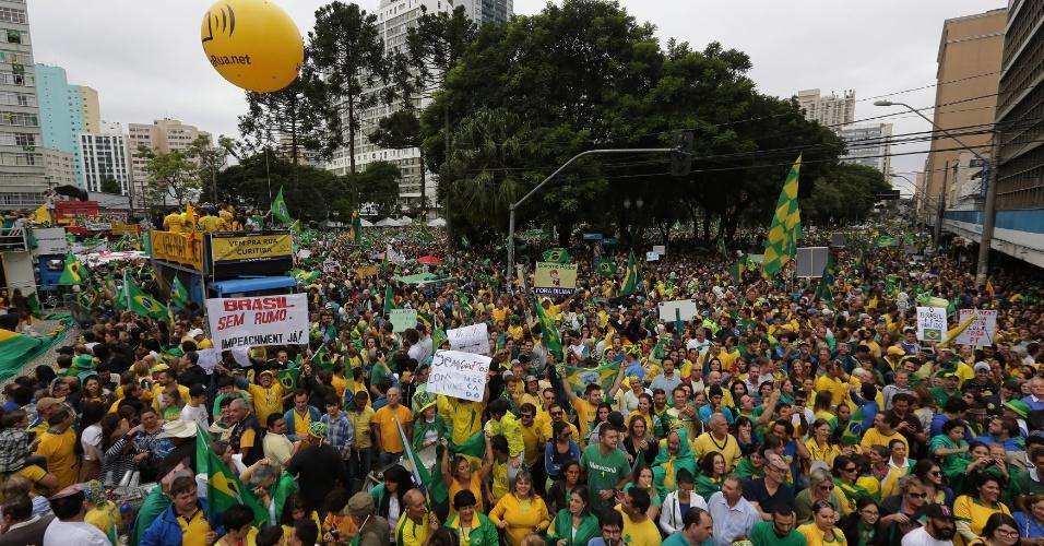 13.mar.2016 - Manifestantes ocupam a praça Santos Andrade, em Curitiba, em protesto contra o governo de Dilma Rousseff (PT). Os protestos pedem o impeachment de Dilma e a prisão do ex-presidente Luiz Inácio Lula da Silva, investigado pela Operação Lava Jato
