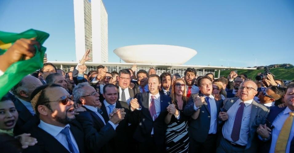 28.mar.2016 - O presidente da OAB, Cláudio Lamachia (ao centro, de gravata rosada), posa ao lado de colegas advogados em frente ao Congresso Nacional. Ele foi à Câmara para protocolar um pedido de impeachment da presidente Dilma Rousseff feito pela Ordem. Houve troca de agressões verbais e empurrões entre manifestantes contrários à derrubada da presidente e os advogados que acompanhavam a comitiva de Lamachia
