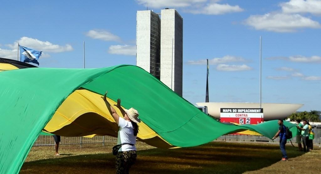 16.abr.2016 - Manifestantes pró-impeachment da presidente Dilma Rousseff agitam bandeirão com as cores da bandeira do Brasil em frente ao Congresso Nacional, em Brasília