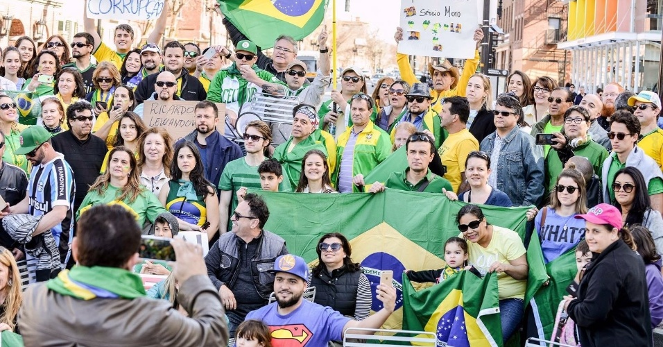 17.abr.2016 - Brasileiros protestaram contra o governo Dilma neste domingo (17) na praça de Harvard, em Cambridge, Boston (EUA)
