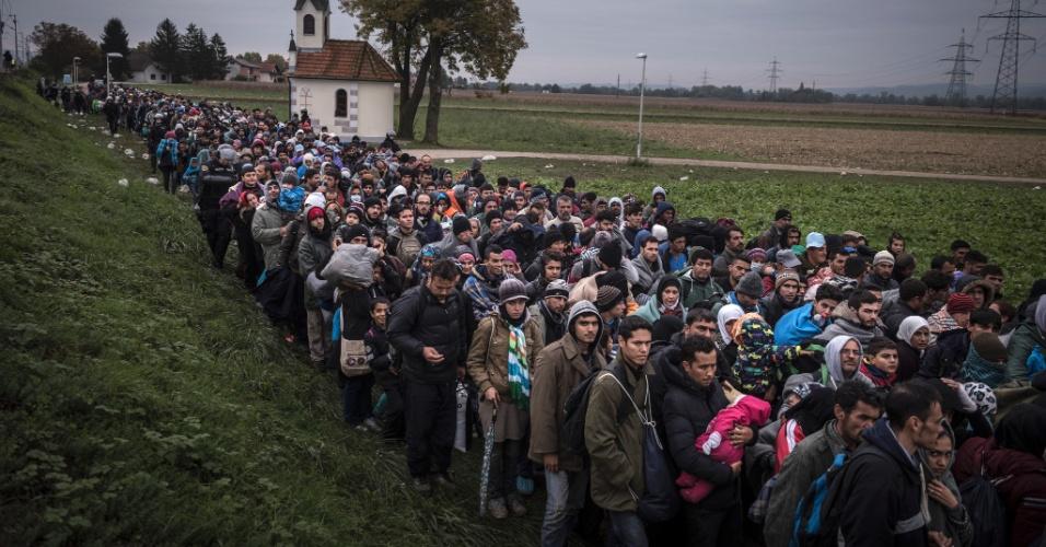 """19.abr.2016 - Imigrantes são escoltados pela polícia de choque para um campo de registro fora Dobova, Eslovênia, em 22 de outubro de 2015. Mauricio Lima, Sergey Ponomarev, Tyler Hicks e Daniel Etter do jornal """"The New York Times"""" ganharam o Prêmio Pulitzer com uma série de fotos sobre refugiados na Europa"""
