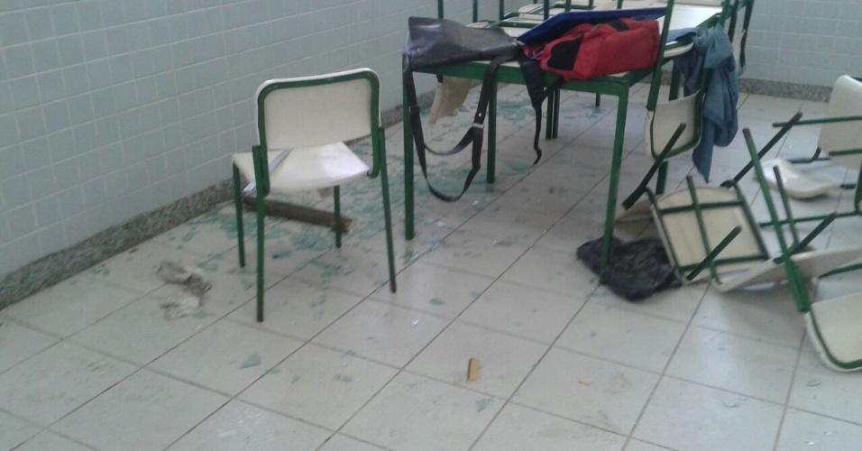 13.mai.2016 - Estudantes a favor e contra a ocupação entram em confronto no Colégio Mendes de Moraes, no Rio de Janeiro