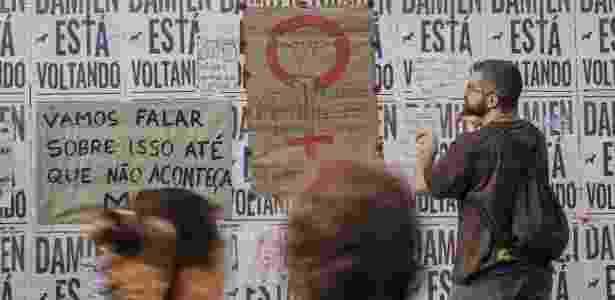 27.mai.2016 - Manifestantes colam cartazes contra machismo e violência sexual no tapume que cerca obras no Masp, na avenida Paulista, região central de São Paulo - Avener Prado/Folhapress