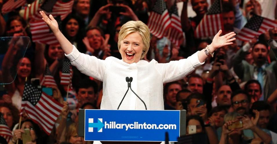 """8.jun.2016 - A pré-candidata democrata na eleição presidencial dos Estados Unidos, Hillary Clinton, celebra com seus apoiadores sua consagração como candidata para substituir Barack Obama na Casa Branca. """"A vitória de hoje pertence a todos vocês, homens e mulheres"""", disse Hillary nesta terça (7), no discurso da vitória que marcou o momento histórico em que o país, pela primeira vez, consagra uma mulher como a candidata presidencial de um grande partido. Diante de uma plateia em êxtase no bairro do Brooklyn (Nova York), Hillary fez um discurso de união, defendendo um país que seja """"tolerante, inclusivo e justo"""""""