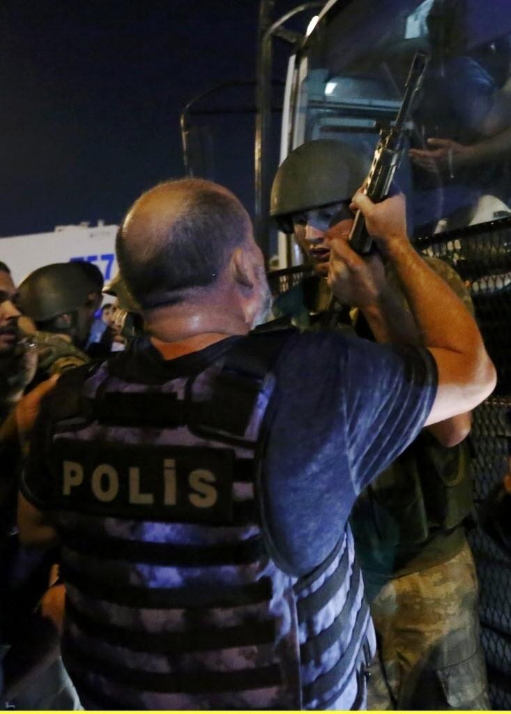 15.jul.2016 - Policiais turcos pegam as armas de soldados do Exército em Istambul durante tentativa de golpe militar na Turquia. Os militares tomaram as ruas da capital, Ancara, e de Istambul, e declararam lei marcial, que suspende as liberdades fundamentais da população e veta manifestações. Porém, o presidente, Recep Tayyip Erdogan, pediu para que a população resistisse ao golpe