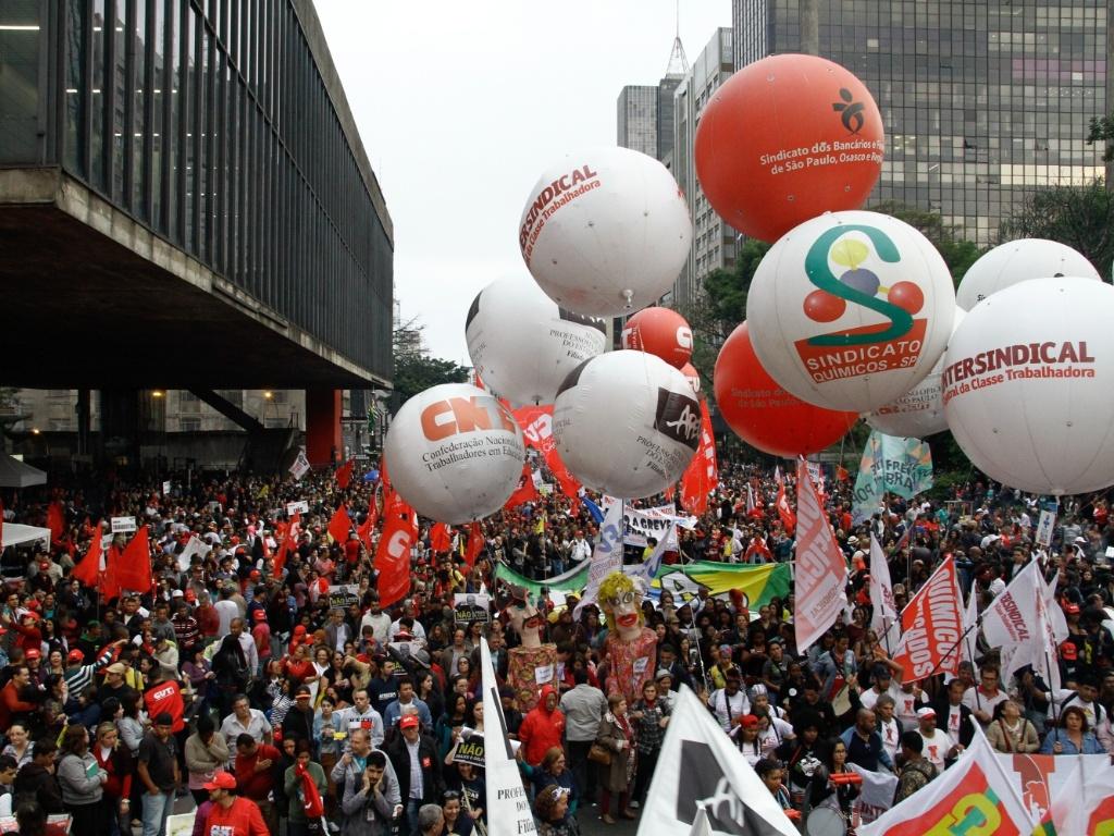 22.set.2016 - Representantes de diversas centrais sindicais realizam ato na avenida Paulista, em São Paulo, no Dia Nacional de Paralisação e Mobilização em defesa das conquistas trabalhistas