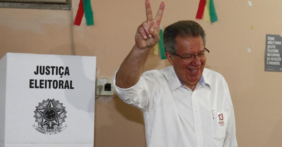 2.out.2016 - Candidato a prefeito de Porto Alegre, Raul Pont (PT) votou na manhã deste domingo na escola Infante Dom Henrique. Pont chegou acompanhado por militantes, deputados estaduais e federais
