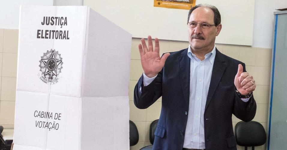 2.out.2016 - Governador do Rio Grande do Sul, José Ivo Sartori (PMDB), vota no Colégio La Salle Carmo, em Caxias do Sul (RS), na manhã deste domingo (2)