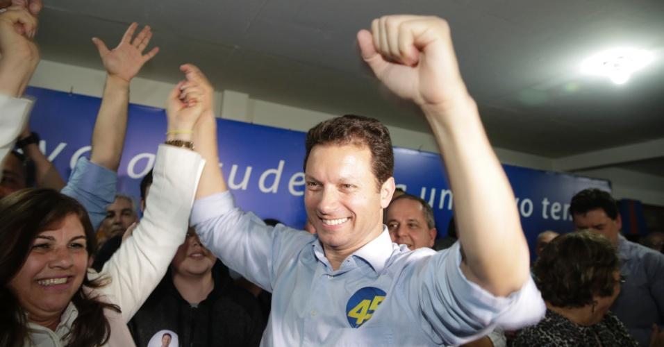 2.out.2016 - Nelson Marchezan Jr. (PSDB) comemora ida para o segundo turno na eleição para prefeito de Porto Alegre. O tucano enfrentará Sebastião Melo (PMDB)