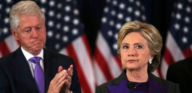 Hillary Clinton discursa após ser derrotada por Donald Trump nas eleições norte-americanas; ao fundo, o marido Bill Clinton, ex-presidente