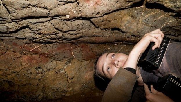 28.nov.2016 - Genevieve von Petzinger passa dias inteiros em grutas de difícil acesso, estudando o que seria um misterioso código da Idade da Pedra