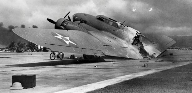 Imagem de 7 de dezembro de 1941 mostra avião destruído pelo ataque japonês a Pearl Harbor