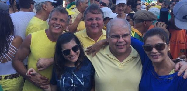 Irmãos Lúcio (à frente) e Geddel Vieira Lima (centro) juntos em foto de 2016, durante manifestação contra a corrupção