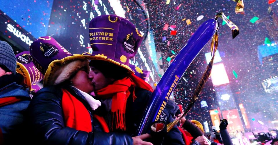1.jan.2017 - Casal se beija comemorando a passagem do ano na Times Square, Nova York