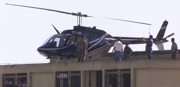 Técnicos verificam o estado de helicóptero usado na tentativa de resgate de presos na penitenciária de Adriano Marrey, em Guarulhos, em 2003