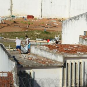 15.jan.2017 - Detentos removem corpos dos telhados da penitenciária de Alcaçuz após rebelião que deixou ao menos 26 mortos no local