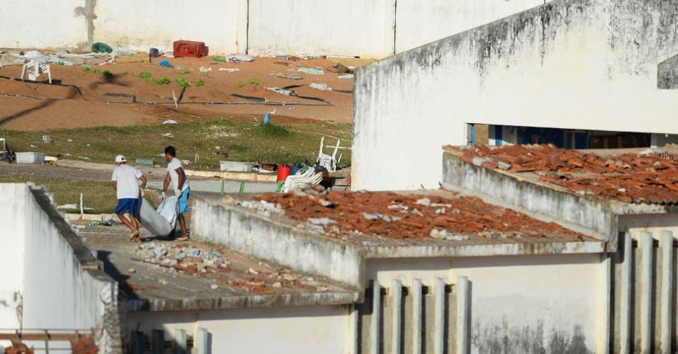 15.jan.2017 - Detentos removem corpos dos telhados da penitenciária de Alcaçuz, região metropolitana de Natal (RN), após rebelião que deixou ao menos 26 mortos no local