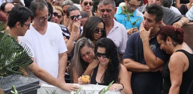 Amigos e familiares durante enterro de Sofia Lara Braga neste domingo (22)