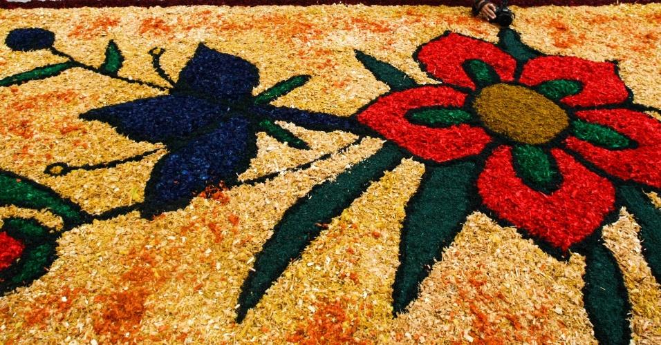 15.jun.2017 - Tapete de rua para celebração de Corpus Christi é confeccionado em Santana de Parnaíba (SP). Os coloridos tapetes representam a morte e ressurreição de Cristo e santos católicos, como Nossa Senhora Aparecida, em suas figuras