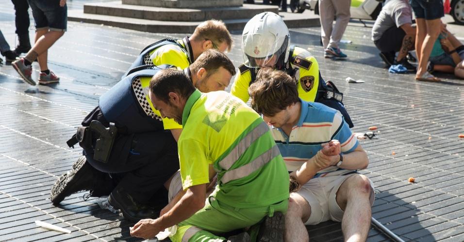 18.ago.2017 - Pessoa é atendida em La Rambla, após ataque terrorista com um furgão. O atentado deixou 13 mortos e cem feridos