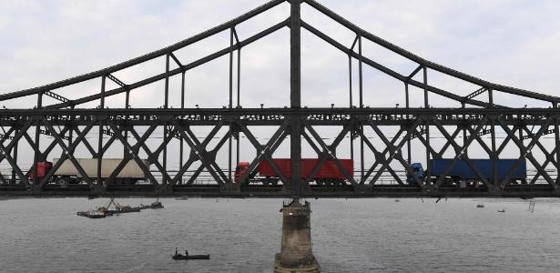 Caminhões trafegam na Ponte da Amizade, que liga Sinuiju, na Coreia do Norte, e Dandong, na China