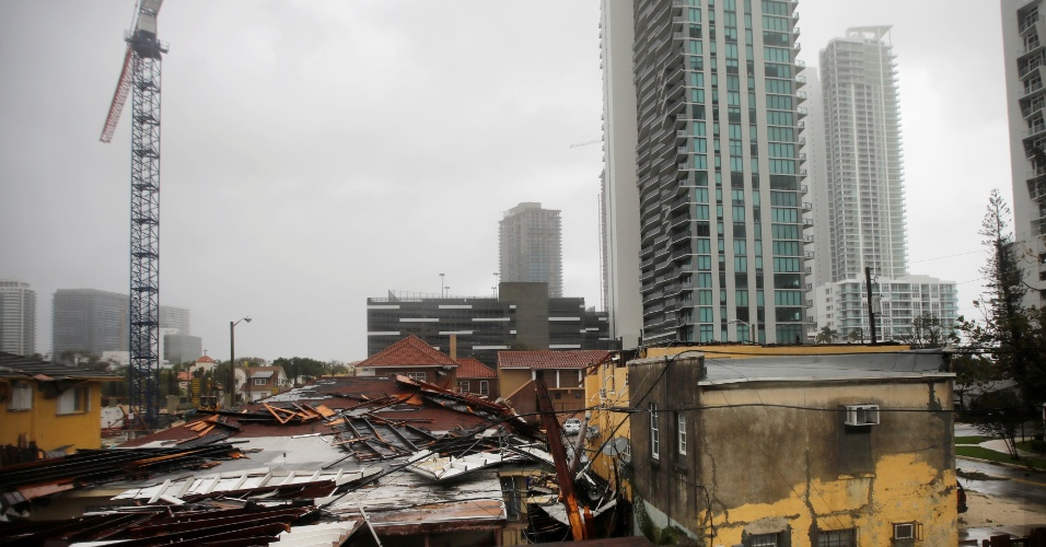 10.set.2017 - Telhados destruídos em uma área residencial durante a passagem do furacão Irma, na Flórida (EUA)