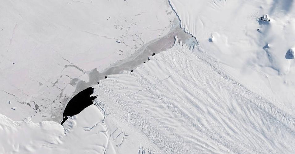 28.set.2017 - Imagens de satélite mostram um novo iceberg de 185 quilômetros quadrados que surgindo a partir da Geleira da Ilha Pine, na Antártida. Ele é bem menor do que o bloco de gelo de 6.000 km2 (uma área um pouco maior que o Distrito Federal) que se soltou em julho deste ano