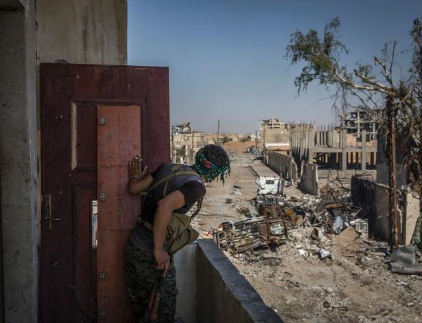 Soldado das Forças Democráticas da Síria, uma milícia composta de curdos sírios e árabes, olha para a linha de frente, perto da rotunda de Al Naim, no leste de Raqqa, na Síria
