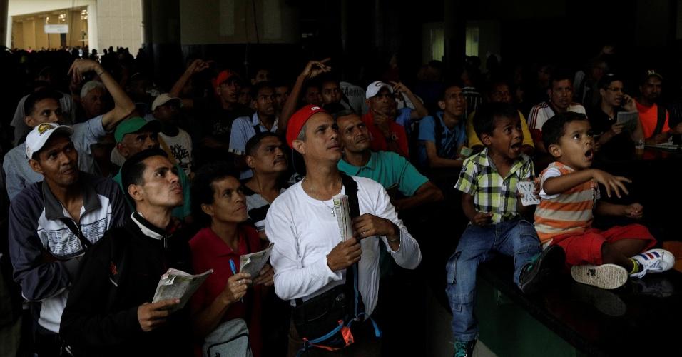 14.out.2017 - Pessoas reagem enquanto observam uma corrida de cavalos no hipódromo La Rinconada, em Caracas, na Venezuela