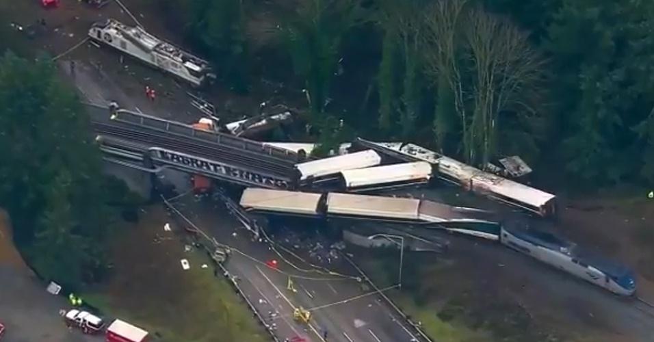 Imagem aérea exibida pela rede de TV NBC mostra o trem que descarrilou nos EUA