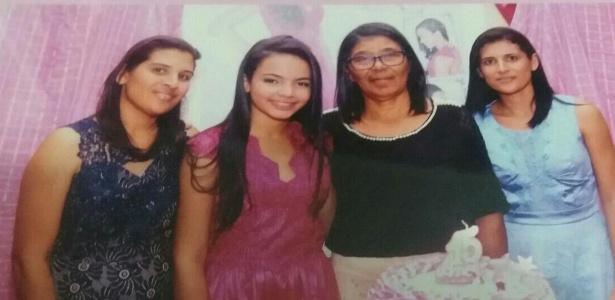 Kivia Manuella Marques (de rosa), a mãe adotiva Maria José Marques Leite (de preto) e irmãs adotivas durante seu aniversário de 15 anos, comemorado em outubro