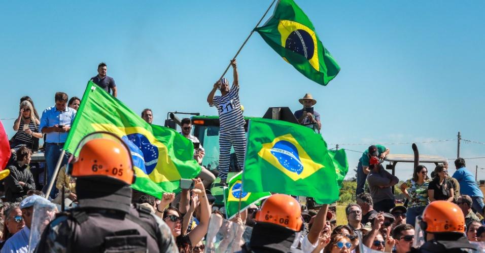 19.mar.2018 - Polícia faz bloqueio entre militantes e opositores do ex-presidente Lula em Bagé