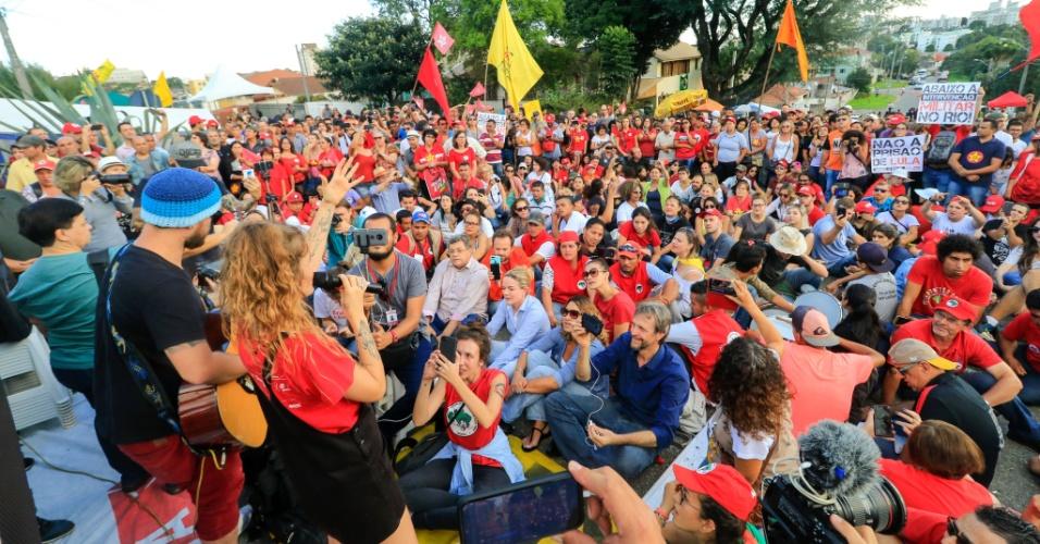 8.abr.2018 - Cantora Ana Cañas se apresenta para militantes no acampamento do PT nos arredores da Policia Federal em Curitiba, onde Lula cumpre pena