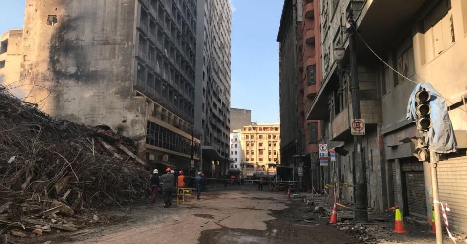 3.mai.2018 - Rua na qual outras estruturas também se encontram comprometidas pelo desabamento. O tenente André Luis, do Corpo de Bombeiros, afirmou que a Igreja Luterana e mais quatro prédios ao redor foram interditados.