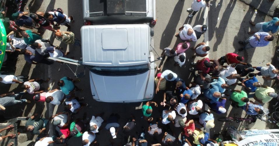 Caminhoneiros estavam mobilizados na avenida Portuária, no Porto de Suape (PE), nesta segunda-feira (28), e só permitem a passagem de caminhões-tanque para o abastecimento dos serviços essenciais